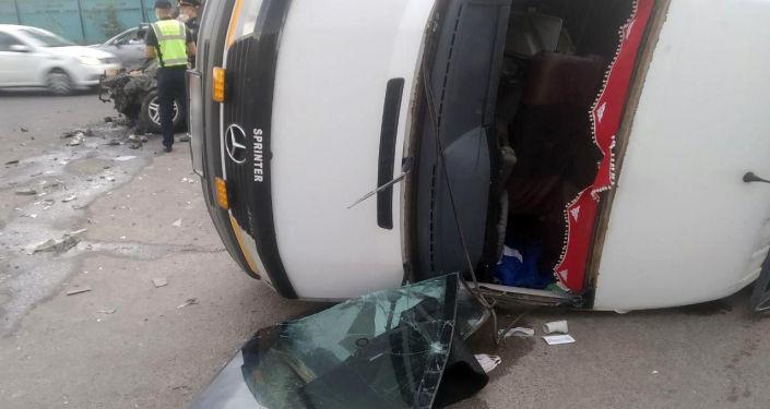 Последствия столкновения микроавтобуса и легкового авто на пересечении улиц Фучика и Ленская.