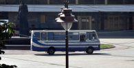 Автобус, захваченный мужчиной, имеющим при себе взрывчатку и оружие. Злоумышленник выдвигает общие требования и заявляет о недовольстве системой.
