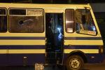 Эксперты-криминалисты проводят следственные действия у автобуса, захваченного мужчиной, имевшего при себе взрывчатку и оружие.