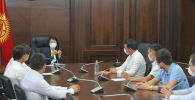 Представители волонтерских движений во время встречи с вице-премьер-министром Кр Аидой Исмаиловой
