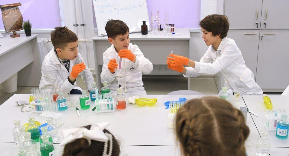 Ученики на уроке. Архивное фото