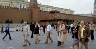 Гости XXII Олимпийских игр - туристы из ФРГ на Красной площади в Москве. Архивное фото