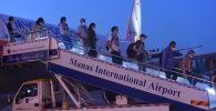 Россиядан келген врачтарды Манас аэропортунда тосуп алуу. Архивдик сүрөт