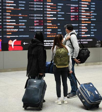 Аэропорттогу жүргүнчүлөр. Архивдик сүрөт