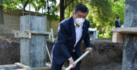Президент КР Сооронбай Жээнбеков на мероприятии по закладке капсулы под строительство дополнительной инфекционной больницы в Бишкеке