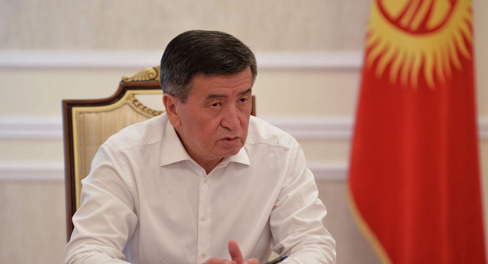 Президент КР Сооронбай Жээнбеков во время интервью радиостанции Биринчи радио. Архивное фото