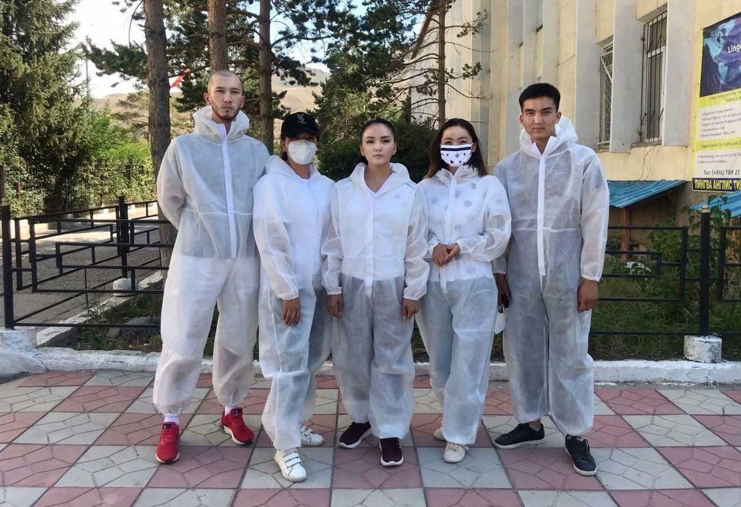 Волонтер из города Нарын Нурайым Шамшыбекова (в центре)