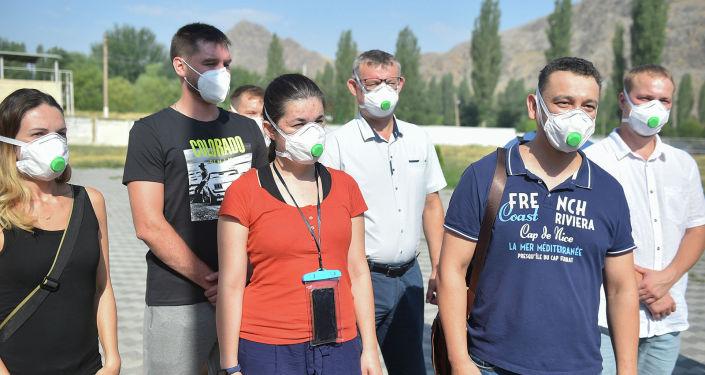 Премьер-министр КР Кубатбек Боронов во время ознакомления с работой дневных стационаров в рамках рабочей поездки в Ошскую область