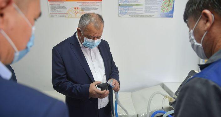 Премьер-министр КР Кубатбек Боронов в рамках рабочей поездки в Ошскую область посетил Ошскую городскую клиническую больницу
