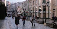 Прохожие на улице Кузнецкий мост в Москве. Архивное фото