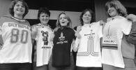 Девушки с футболками с эмблемами Олимпиады-80. Архивное фото