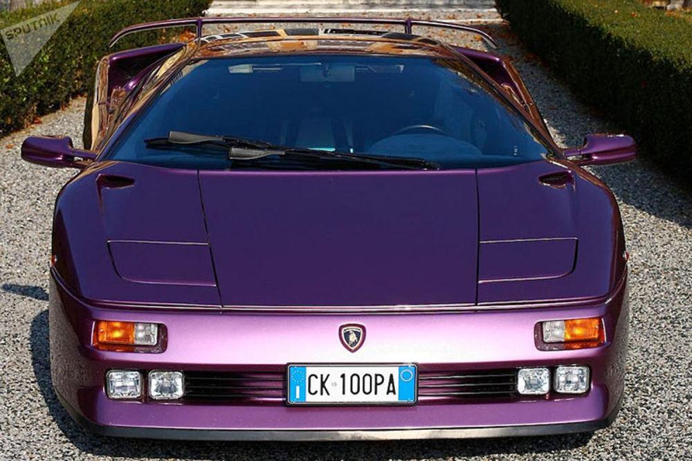 Lamborghini Diablo выпускался с 1990-го по 2000 год. У спорткара под капотом было до 595 лошадиных сил в зависимости от модификации.