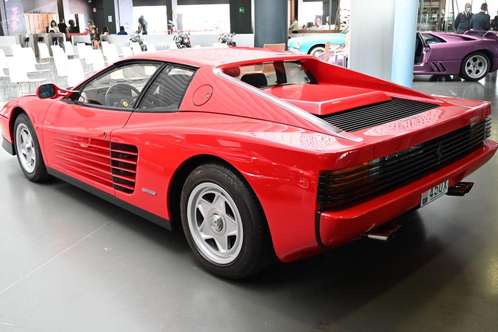 Автомобиль Ferrari Testarossa выпускался с 1984-го по 1996 год, заменив на конвейере Ferrari Berlinetta Boxer. У этого автомобиля появились другие версии в последующем, но с этим кузовом было выпущено более 7 тысяч единиц.
