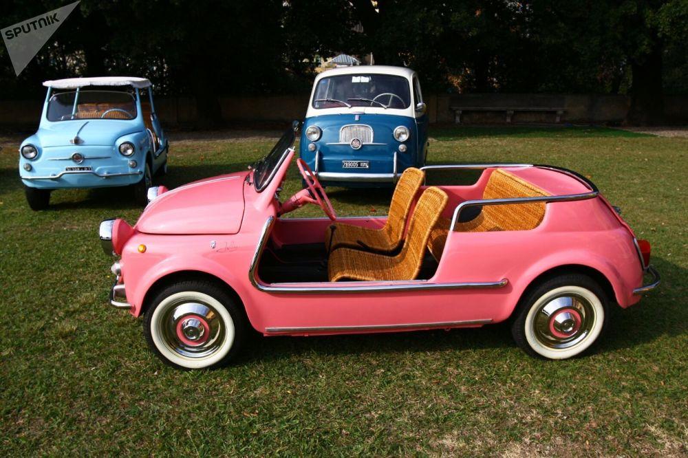 Fiat 500 начал выпускать в 1957 году. За 18-летнюю историю производства он запомнился как маленькое и практичное авто для городских дорог.
