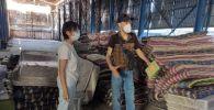 Один из волонтеров, мебельщик Эрмек Усенакунов бесплатно раздает кровати и тумбочки для больниц и стационаров