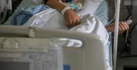 Пациент зараженный коронавирусной болезнью (COVID-19) в палате больницы. Архивное фото