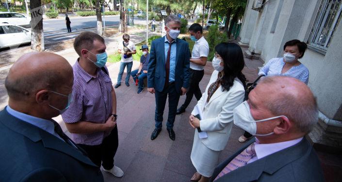 В Министерстве здравоохранения прошла церемония передачи медоборудования и медикаментов, предоставленных Россией в рамках комплексной помощи Кыргызстану в борьбе с COVID-19