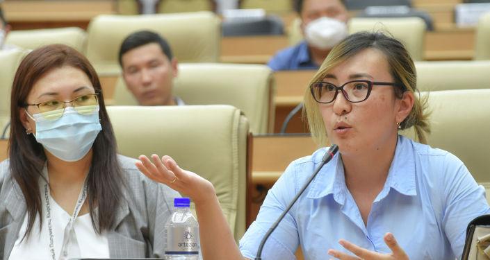 Вице-премьер-министры Кыргызской Республики Аида Исмаилова и Эркин Асрандиев встретились с волонтерами, оказывающими помощь населению в период пандемии коронавирусной инфекции COVID-19.