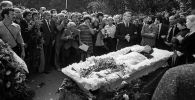 Прощание с Владимиром Высоцким на Ваганьковском кладбище в Москве. Архивное фото