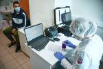 Сотрудник медицинской службы международного аэропорта проводит экспресс-тестирование пассажира на COVID-19. Архивное фото