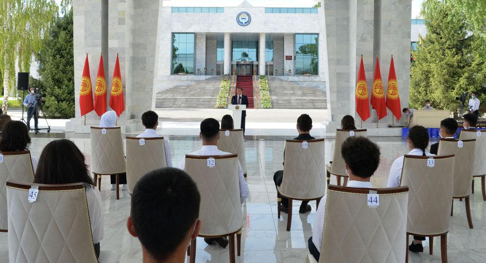 Президент КР Сооронбай Жээнбеков на церемонии вручения Золотых сертификатов