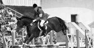 Призёр Олимпиады Александр Блинов на коне Галзуне прыгает через препятствие на соревнованиях по троеборью во время проведения XXII Олимпийских игр в Москве. Архивное фото