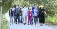 В Иссык-Кульской области второй день работает мобильная бригада российских врачей. Какую помощь они оказывают и как оценивают профессионализм местных коллег, смотрите в этом видео.
