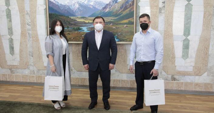 Торага Жогорку Кенеша Дастанбек Джумабеков встретился с волонтерами