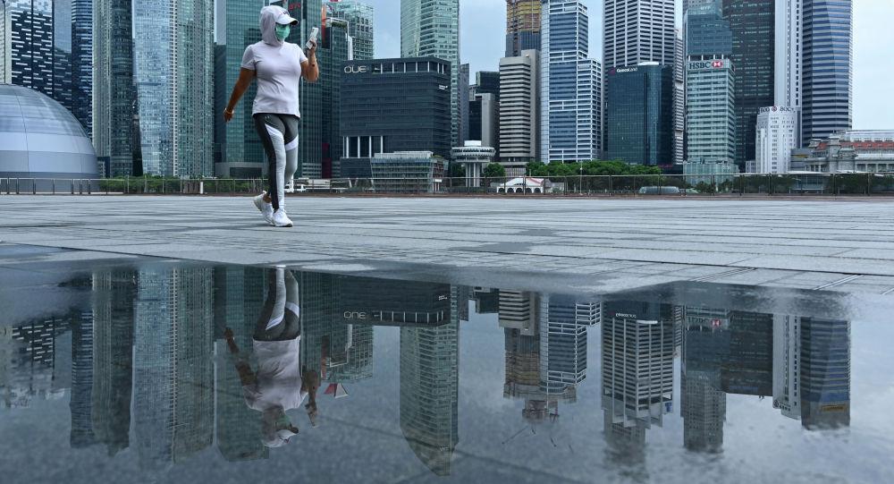 Женщина в защитной маске во время прогулки по городу. Архивное фото