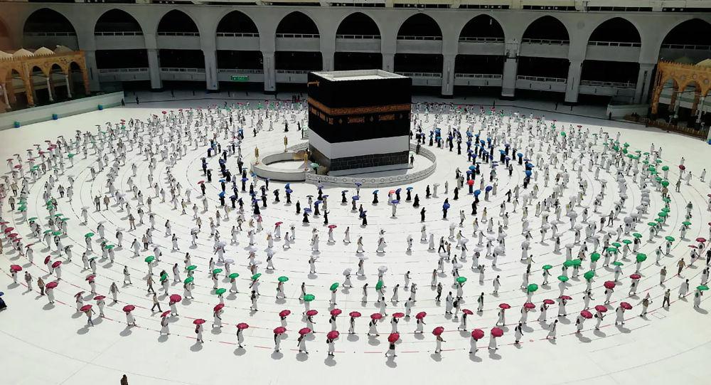 Жүздөгөн мусулман зыяратчылар Каабанын жанында. Архив