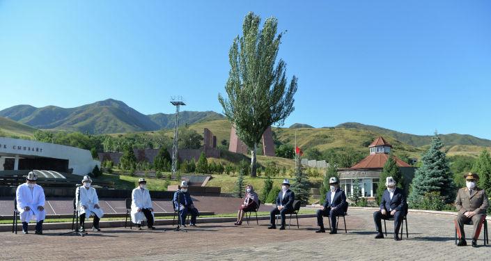 В мемориальном комплексе «Ата-Бейит» прошли поминальные мероприятия память о гражданах Кыргызской Республики, ставших жертвами пандемии коронавирусной инфекции. 30 июля 2020 года