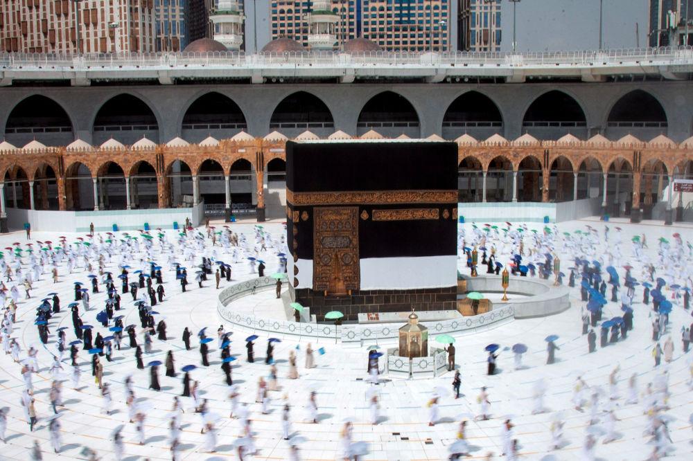 Паломники молятся в Мекке, соблюдая социальную дистанцию.
