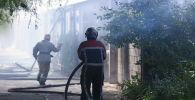 Сотрудники МЧС на месте пожара в кафе и детском саду на улице Медерова в Бишкеке