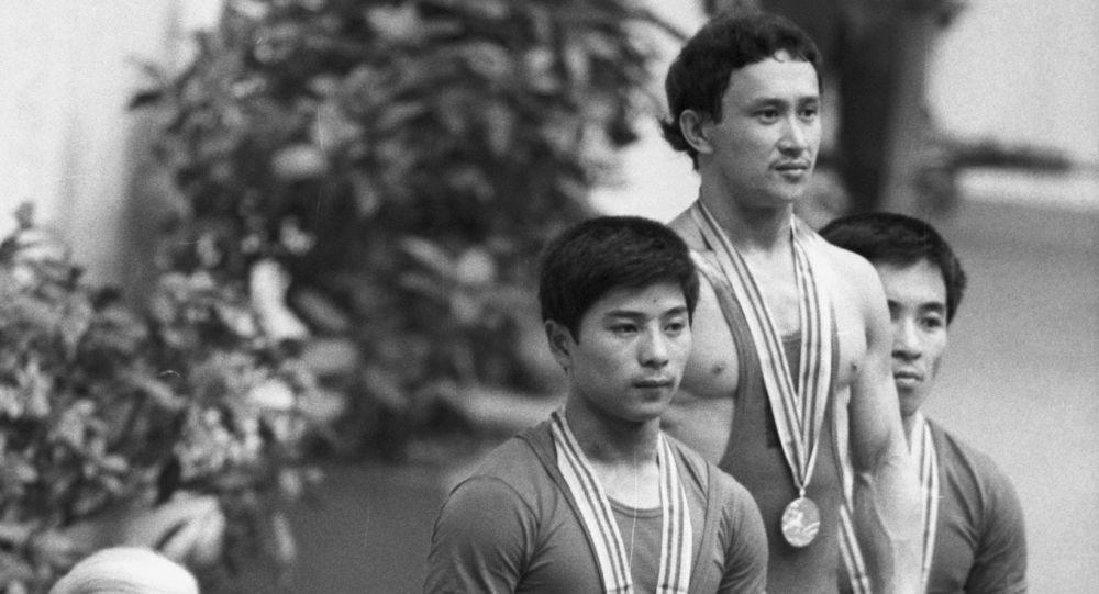 Каныбек Осмоналиев на награждении XXII Олимпийских игр по тяжелой атлетике в весовой категории 52 кг