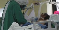 Врач в палате пациента больного COVID-19