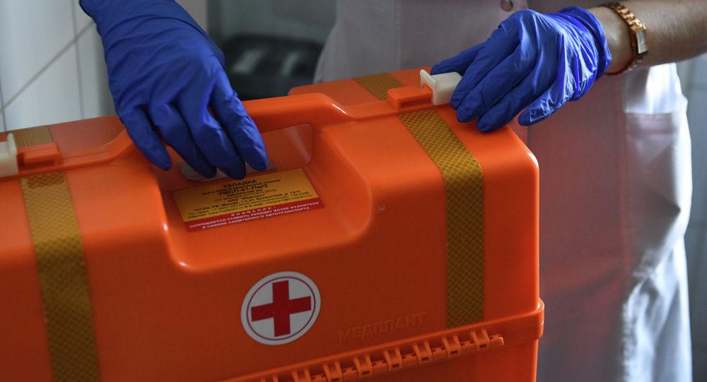 Чемодан с лекарственными средствами в руках у врача. Архивное фото