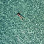 Девушка в море у острова Криси близ Крита, Греция