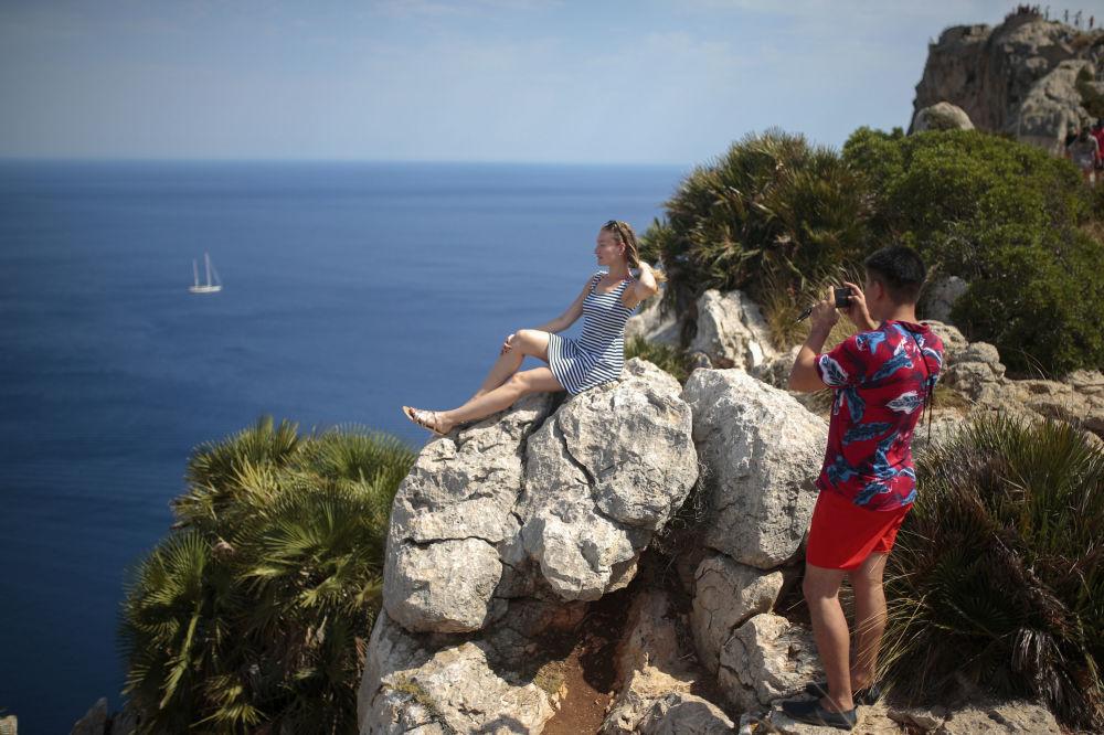 Туристы фотографируют на смотровой площадке в Полленсе, на острове Майорка, Испания