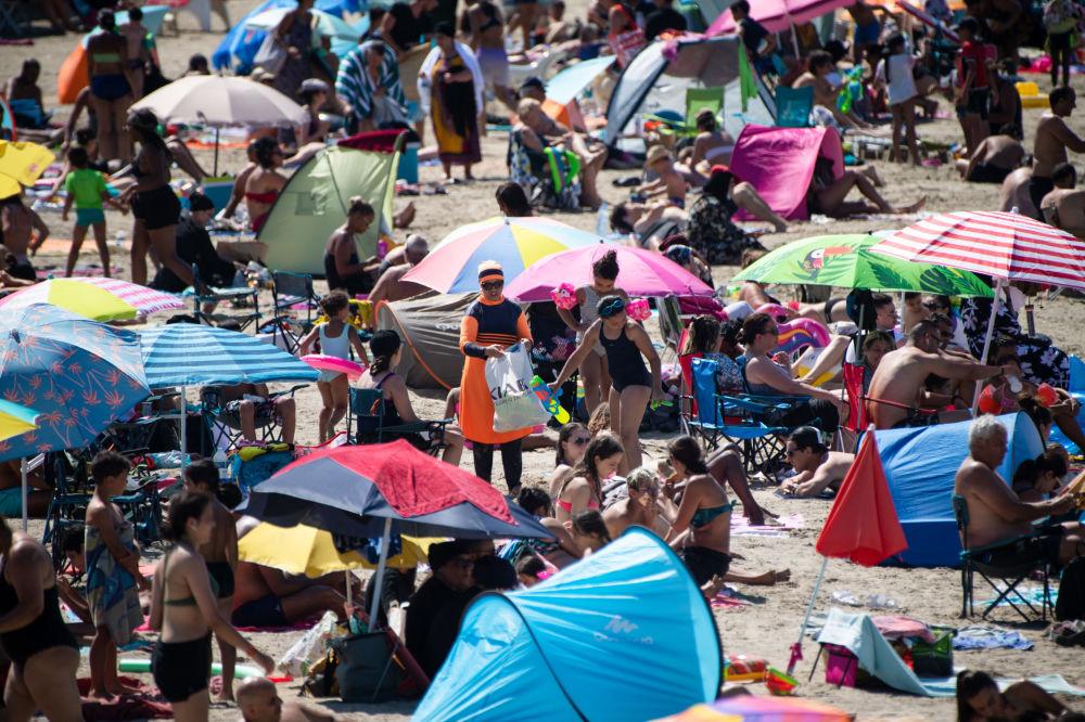 Люди на пляже Пуант-Руж в Марселе, Франция