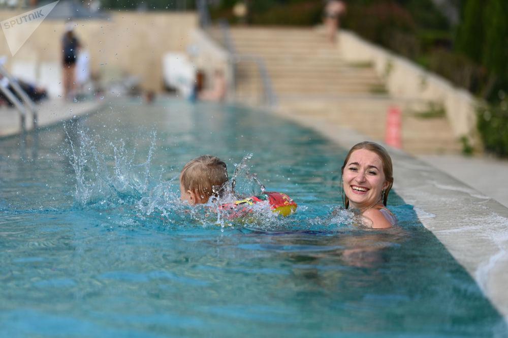 Отдыхающие в бассейне на территории санаторно-курортного комплекса Мрия Резорт&СПА в Ялте.