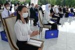 Выпускники на церемонии вручения Золотых сертификатов с участием президента КР Сооронбаем Жээнбековым
