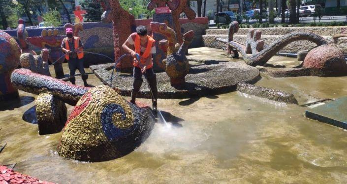 Муниципальное предприятие «Тазалык» продолжает основательную мойку городских фонтанов.