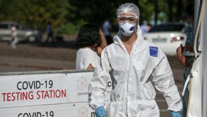 Медицинский работник в пункте анализа на наличие коронавирусной болезни (COVID-19) в Алматы, Казахстан