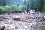 Размытая из-за сели дорога на джайлоо Кок-Жайык в Джети-Огузском районе