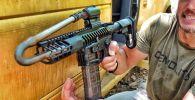 Эксперимент провели авторы популярного YouTube-канала DemolitionRanch. Они трансформировали дуло настоящей винтовки, чтобы повторить трюк из мультфильмов — выстрелить из оружия с загнутым стволом.