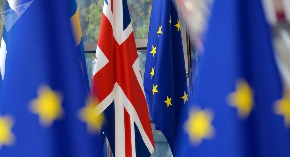Флаги Евросоюза и Великобритании. Архивное фото