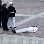 Военнослужащий почетного караула упал в обморок во время церемонии выноса гроба с телом конгрессмена Джона Льюиса в Вашингтоне.