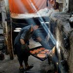 В небольшой пекарне в Кабуле готовят угощение к Курбан-байраму.