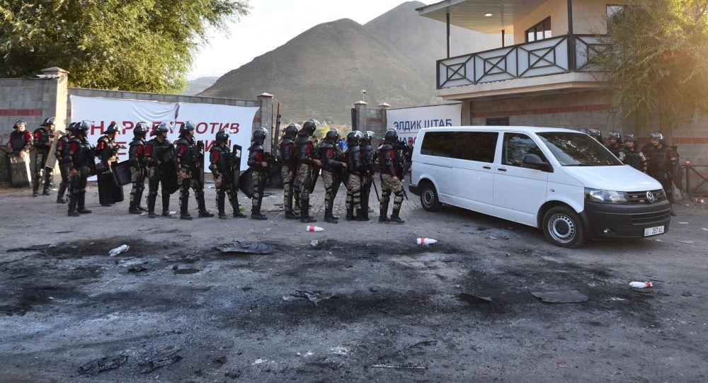Сотрудники правоохранительных органов в селе Кой-Таш во время спецопрации по задержанию бывшего президента КР Алмазбека Атамбаева. Архивное фото