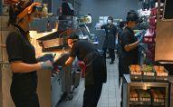 Сотрудники на кухне ресторана. Архивное фото